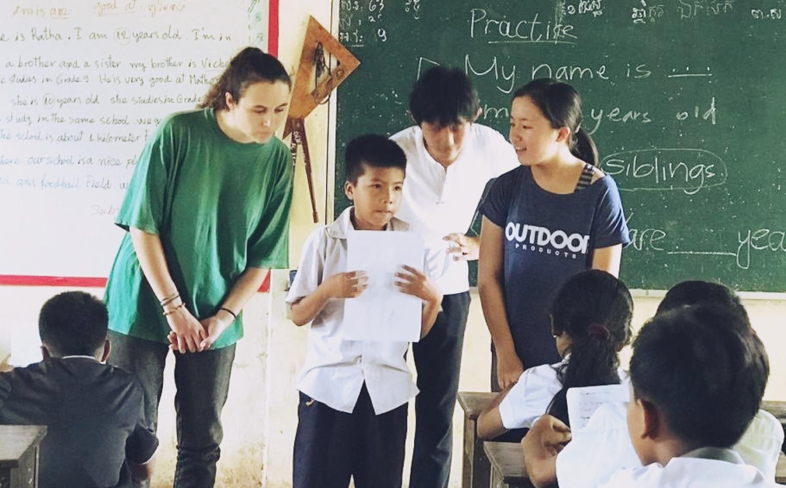 高校生ボランティア池谷麻菜さんがカンボジアの小学校で授業をサポート